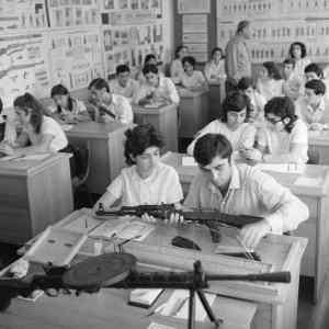 Obrázek '-HighschoolstudentsgettingweaponstrainingUSSRca.1970-'