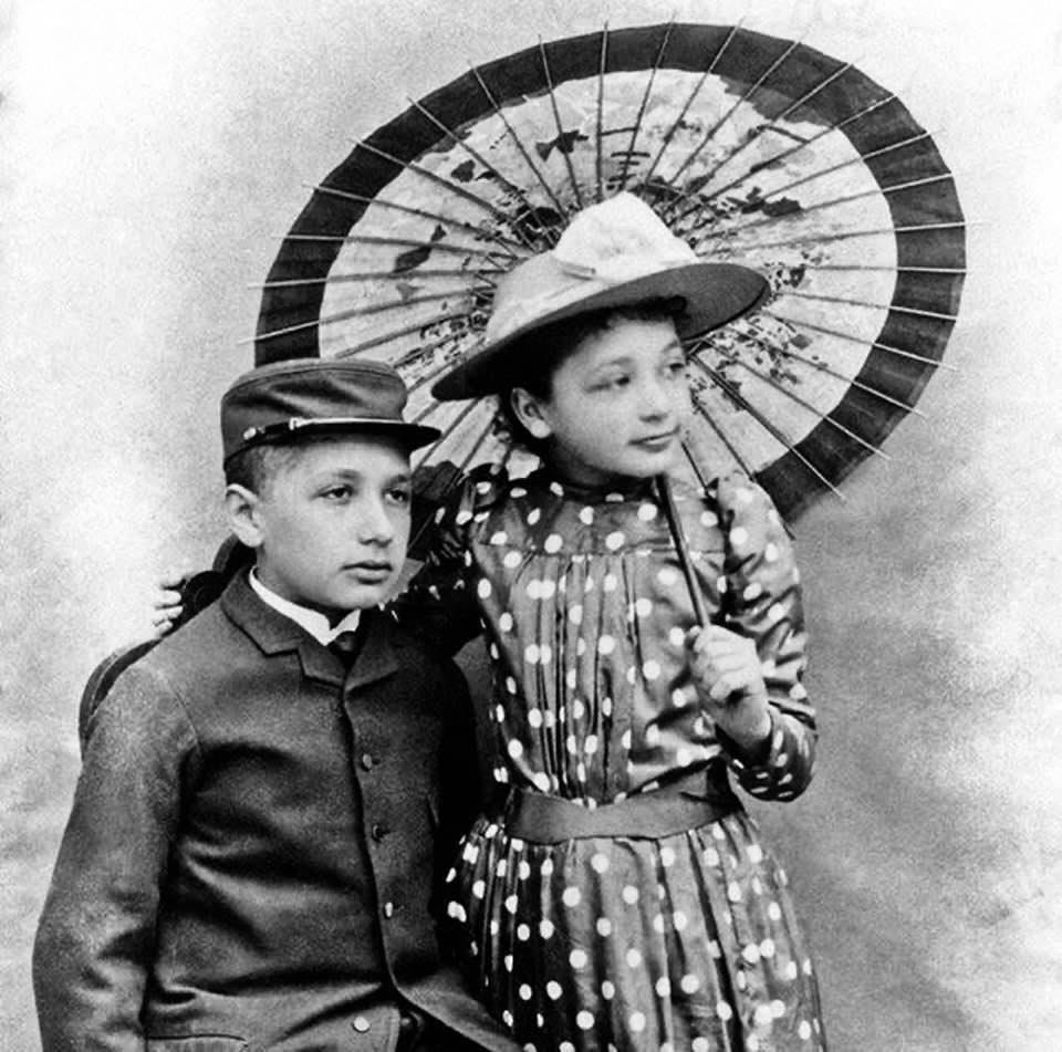 Obrázek -AlbertEinsteinsesestrou-1895-
