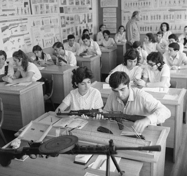 Obrázek -HighschoolstudentsgettingweaponstrainingUSSRca.1970-
