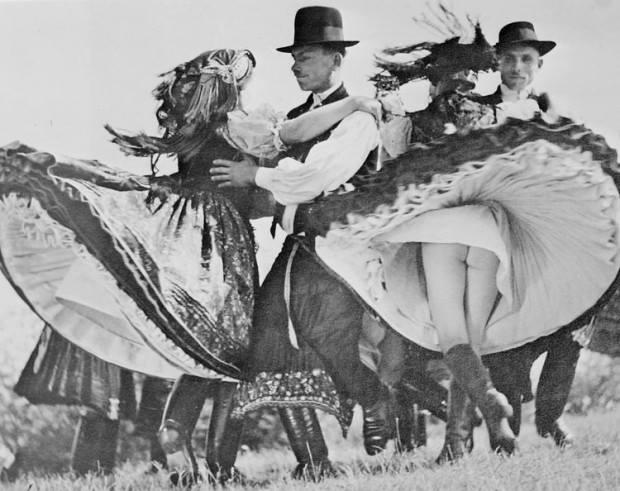Obrázek -HungarianFolkDancers-1938-