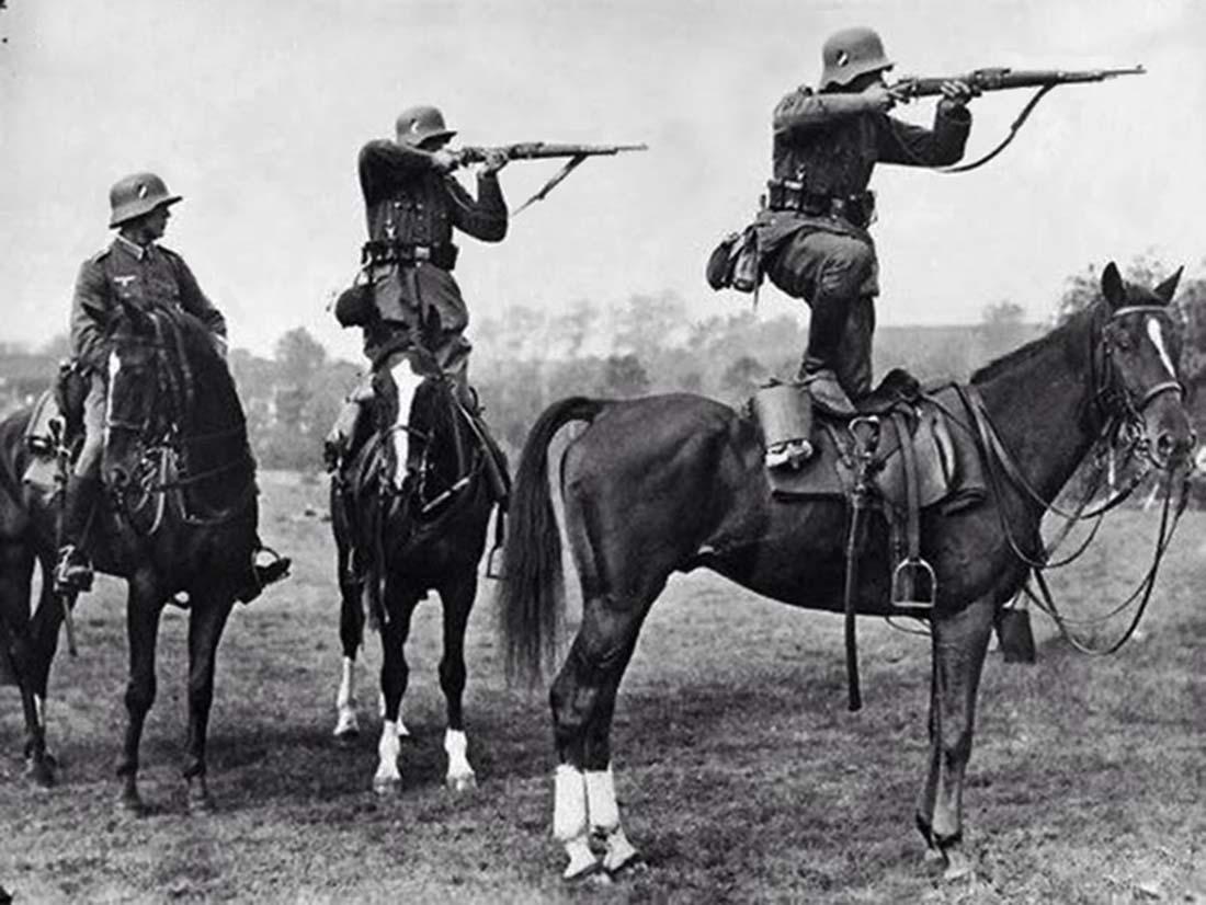 Obrázek Germansoldierstakeaimfromthebacksofhorsesmid-1930