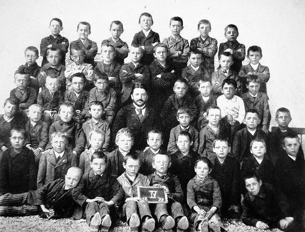 Obrázek HitlerTopCenterFourthGradeClassPicture
