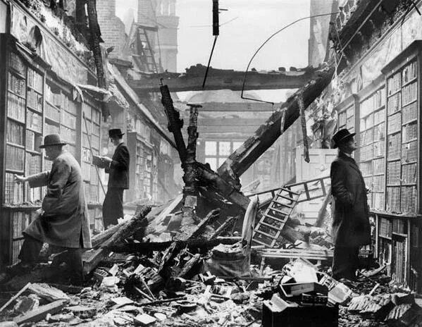 Obrázek Keep-calm-and-carry-on-Londoners-continue-to-browse-at-a-bombed-library-1940s