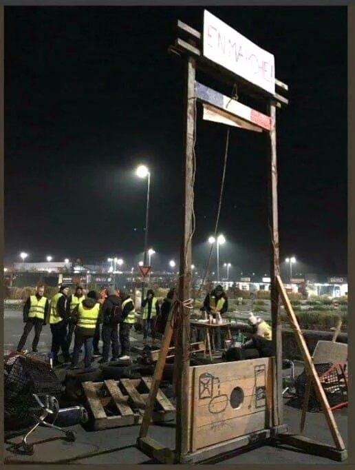 Obrázek Protesters-erect-guillotine-in-France