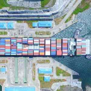Obrázek 'Container-Ship-Enters-the-Panama-Canal'