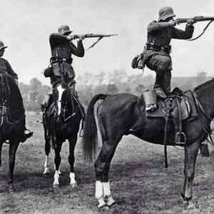 Obrázek 'German soldiers take aim from the backs of horses mid-1930'
