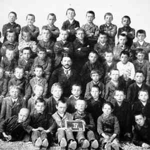 Obrázek 'Hitler Top Center Fourth Grade Class Picture'
