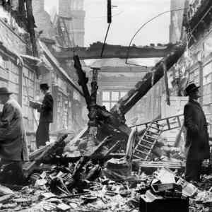 Obrázek 'Keep-calm-and-carry-on-Londoners-continue-to-browse-at-a-bombed-library-1940s'