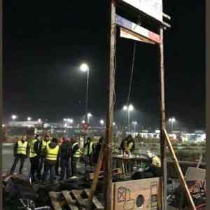 Obrázek 'Protesters-erect-guillotine-in-France'