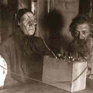 Obrázek 'Sovietpeasantslistentoradiofirsttime1928'
