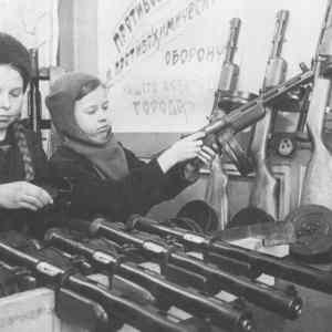 Obrázek 'Kompletacebalalaiky-Leningrad-1943'